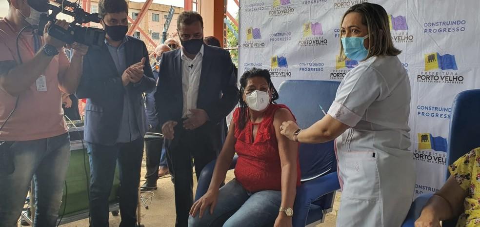 Fátima Leitão de Souza é vacinada em Porto Velho, a primeira servidora imunizada — Foto: Cássia Firmino/Rede Amazônica