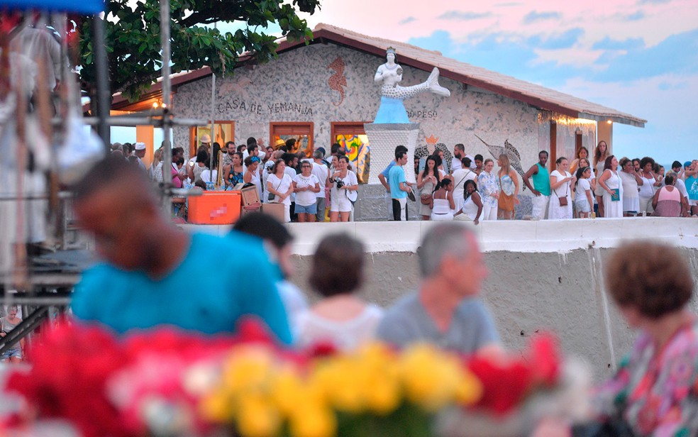 Fiéis próximo à Casa de Iemanjá, no bairro do Rio Vermelho, em Salvador — Foto: Max Haack/Ag. Haack