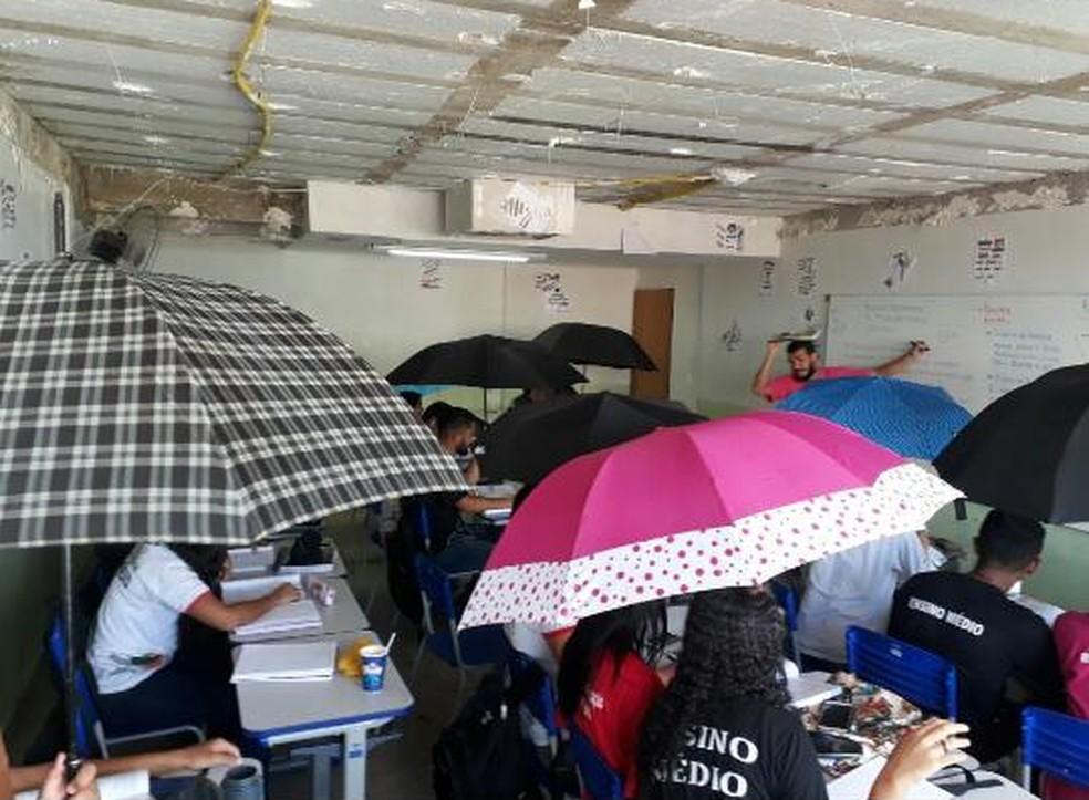 Sala de aula no Paranoá, no DF, sofre com goteiras (Foto: Arquivo pessoal)