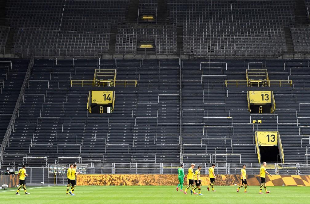 Muralha Amarela vazia diante dos jogadores do Borussia Dortmund no aquecimento — Foto: Reuters