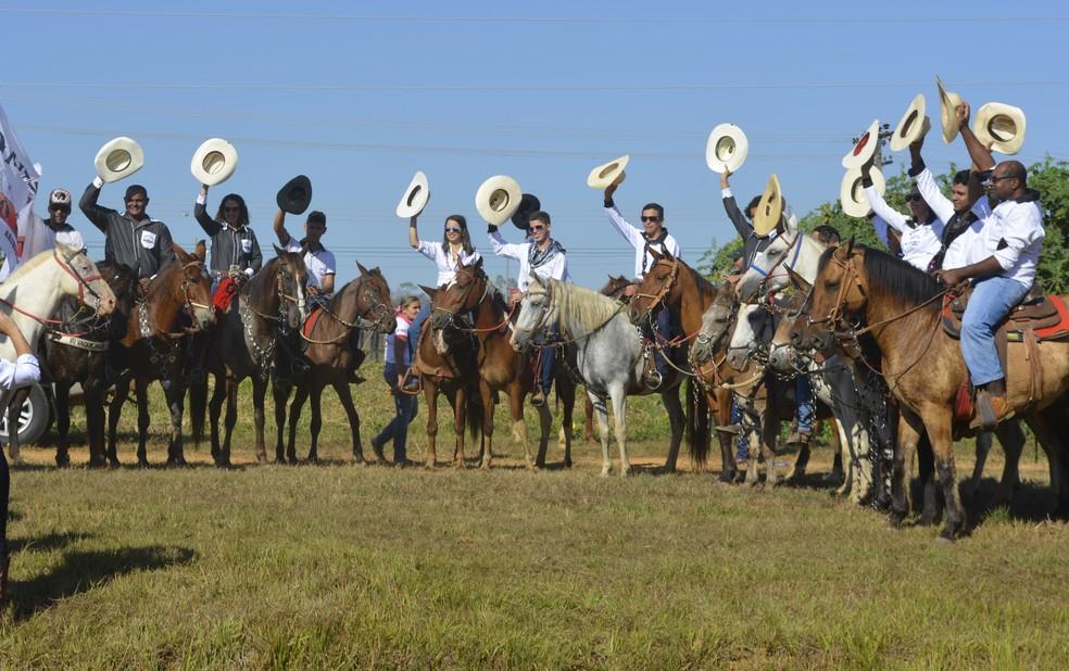 Cerca de 700 cavaleiros participam da cavalgada de abertura da 35ª Expoari (Foto: Jeferson Carlos/G1)