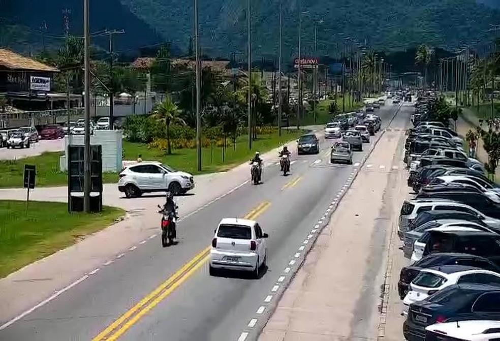 Rio-Santos no trecho do Massaguaçu, em Caraguatatuba, registrou tráfego intenso sentido Ubatuba no feriado de Ano Novo — Foto: Reprodução/DER