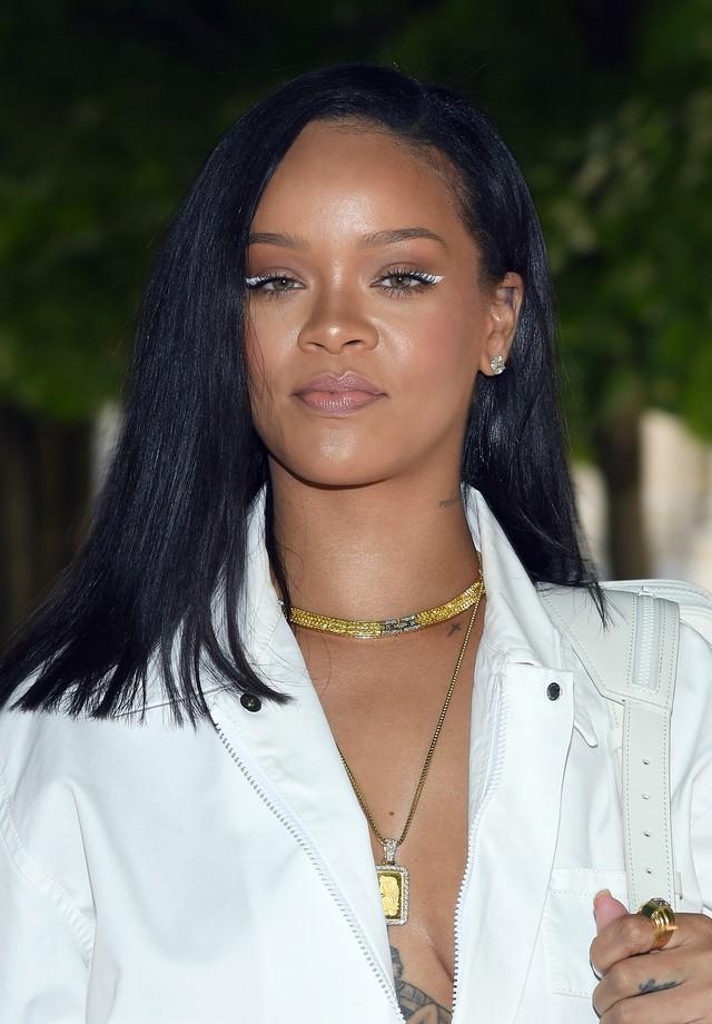 Rihanna optou pelo delineador branco no canto dos olhos para o desfile da Louis Vuitton (Foto: Getty Images)