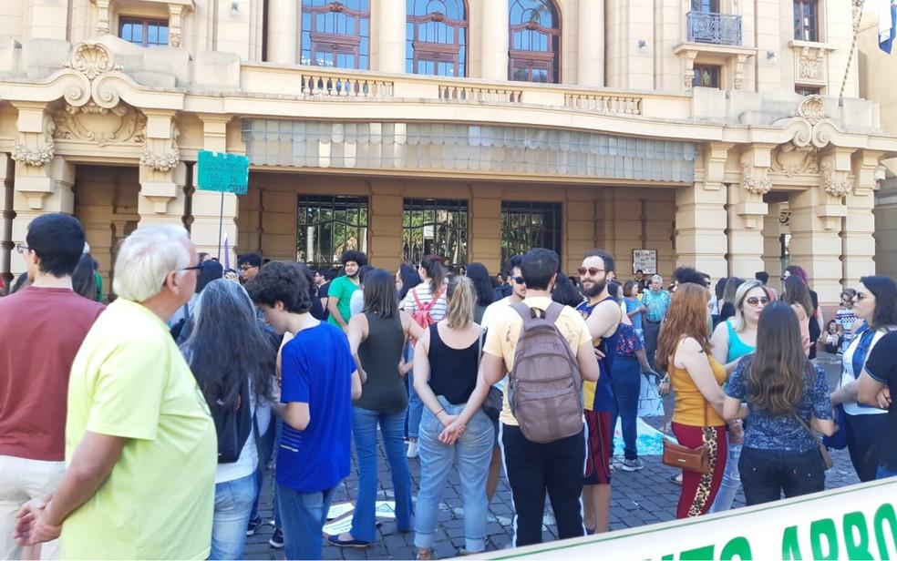 Manifestantes na esplanada do Theatro Pedro II em Ribeirão Preto — Foto: Cinthia Mitsumori/EPTV