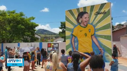 Atacante Debinha, da Seleção feminina, é homenageada com painel gigante em MG