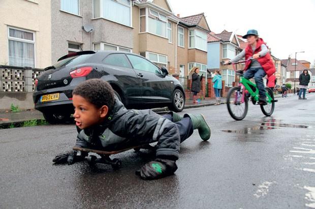 Na Escócia, os pais podem fechar as ruas de graça para as crianças brincarem. (Foto: Divulgação)