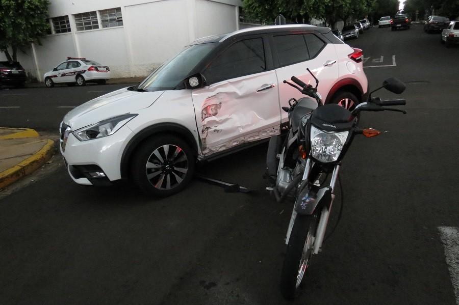 Colisão entre motocicleta e carro deixa jovem ferido no Centro de Dracena