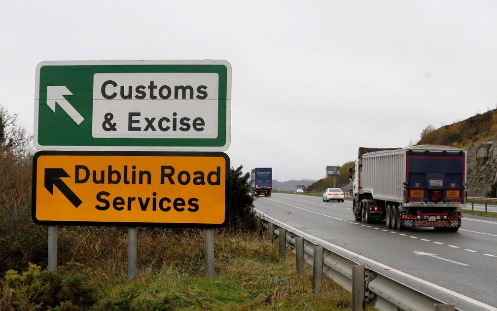 Atualmente não há uma fronteira rígida, com controle de mercadorias e passaportes, na fronteira entre Irlanda do Norte e República da Irlanda — Foto: Paul Faith/AFP