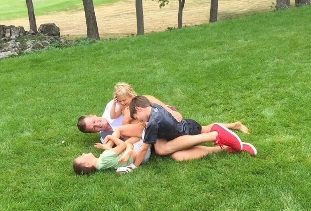 Tom Brady com os filhos Jack, Benjamin e Vivian no gramado (Foto: Reprodução/Instagram)