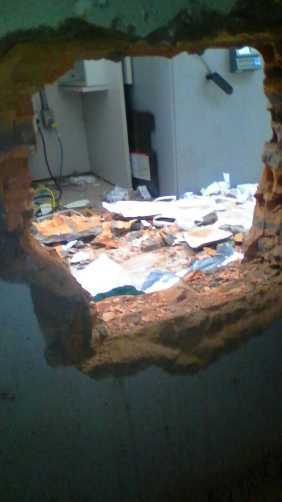 Buraco foi feito na parte de trás do prédio (Foto: PM / divulgação )