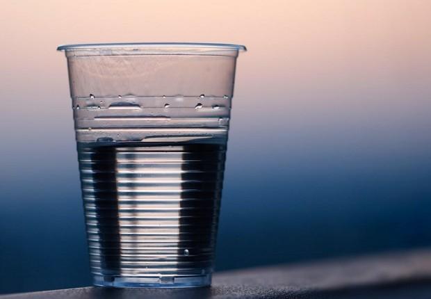 Plástico - água - oceanos - copo - plásticos (Foto: Pexels)
