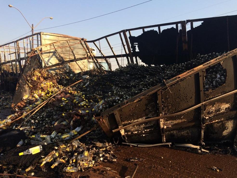Caminhão carregado com cachaça pegou fogo por volta das 3h, em Porto Velho  — Foto: Ana Kézia Gomes/G1