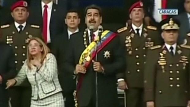 Presidente Maduro (centro) e sua esposa Cilia Flores (esquerda) participavam de um evento militar, quando ouviram um barulho alto (Foto: Reuters via BBC)