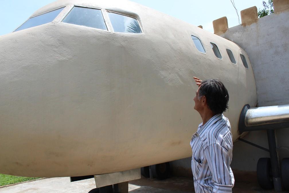 Admirando a obra Geraldo sonha com o dia da finalização da casa-avião — Foto: Jheniffer Núbia
