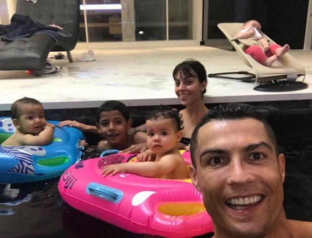Cristiano Ronaldo e família (Foto: Reprodução)