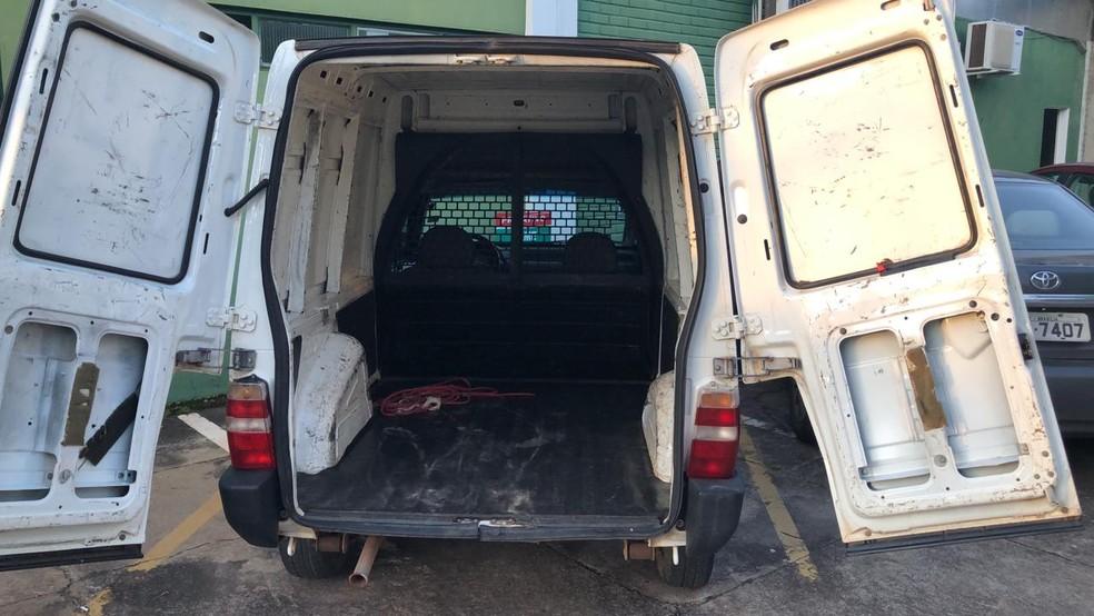Automóvel onde as vítimas foram colocadas e levadas para o cativeiro, em São Sebastião no DF — Foto: PCDF/Divulgação