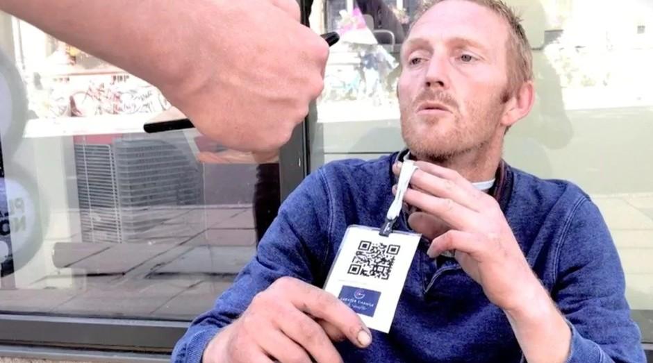 Crachá permite que usuários ajudem morador de rua com meta de longo prazo (Foto: Divulgação)