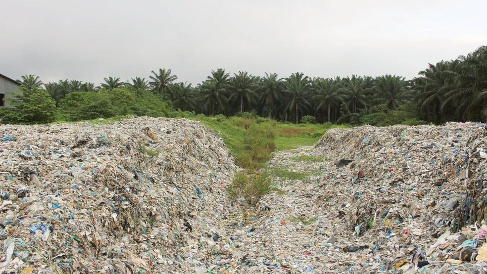 Cidade de Jenjaron na Malásia estava cheia de 'yanglaji' ou 'lixo ocidental' — Foto: BBC