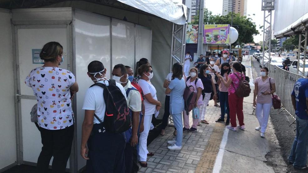Profissionais de saúde procuram ponto de vacinação em Natal, para imunização contra a Covid-19. — Foto: Geraldo Jerônimo/Inter TV Cabugi