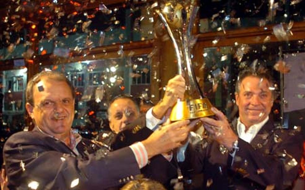 Abel Braga (à direita) com a taça do Mundial do Internacional — Foto: Site oficial do Internacional