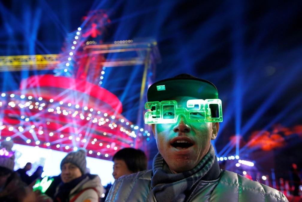 Homem participa da contagem regressiva para o Ano Novo, em Pequim, na China  — Foto: Jason Lee/ Reuters