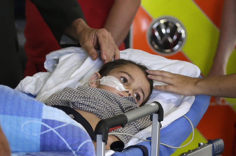 Foto do menino Ashya King, de 5 anos, antes de realizar tratamento com protonterapia na República Tcheca em 2014. (Foto: AP Photo/Petr David Josek)