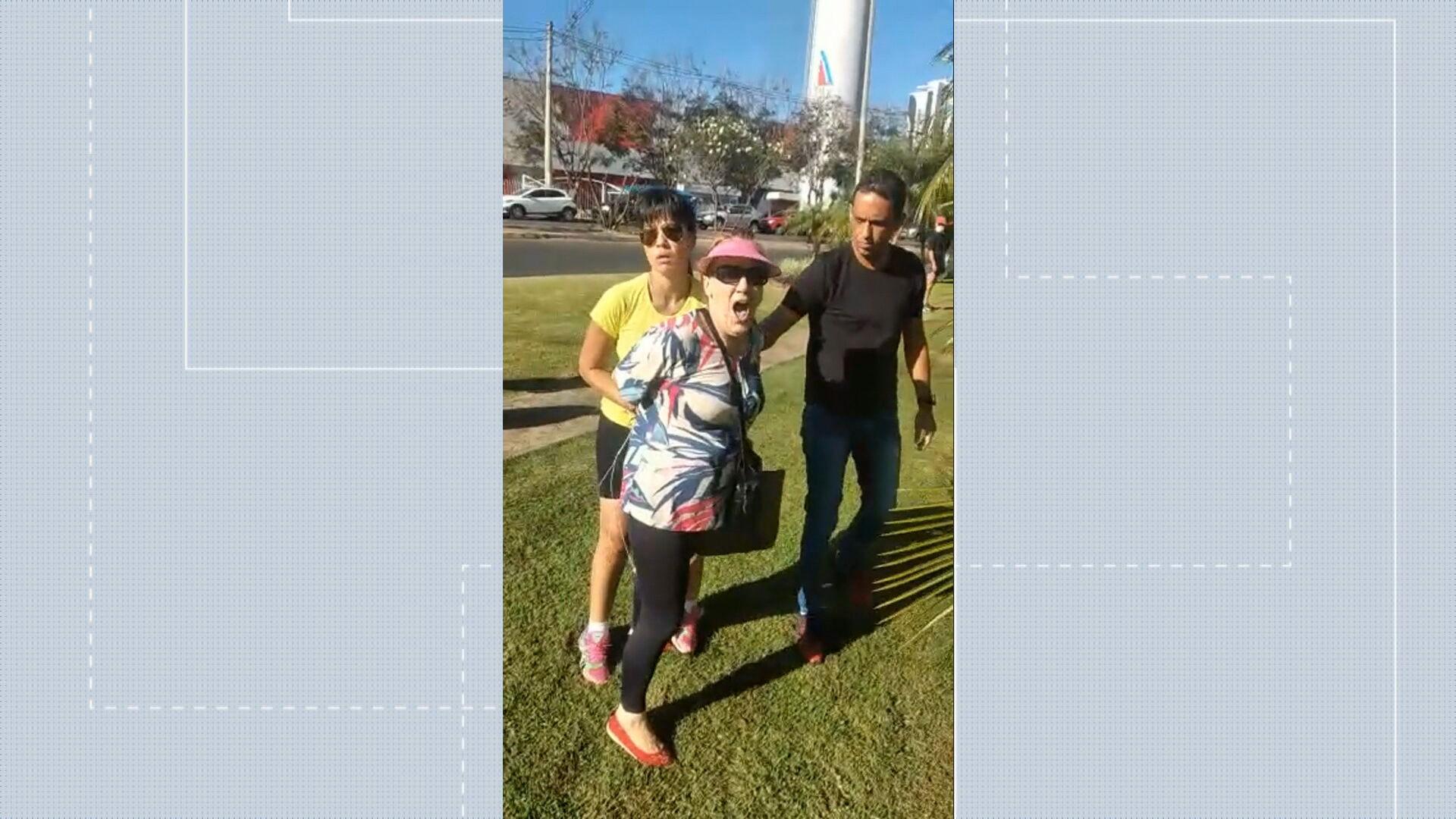 VÍDEO: mulher chama pai e filho de 'negrada do inferno' e chuta PM ao ser presa por injúria racial no DF