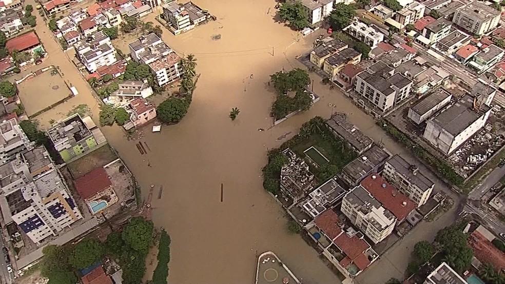 Bairro do Fragoso, em Olinda, ficou alagado após chuvas na cidade — Foto: Reprodução/TV Globo