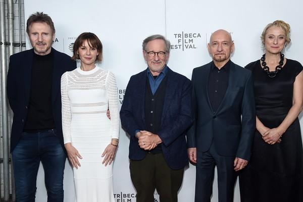Steven Spielberg, Liam Neeson, Ben Kingsley, Embeth Davidtz e Caroline Goodall no evento celebrando os 25 anos de A Lista de Schindler (Foto: Getty Images)
