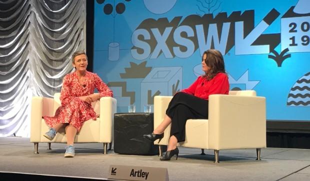 Margrethe Vestager (à esq.) é entrevistada pela jornalista Meredith Artley no SXSW 2019 (Foto: Mariana Iwakura)