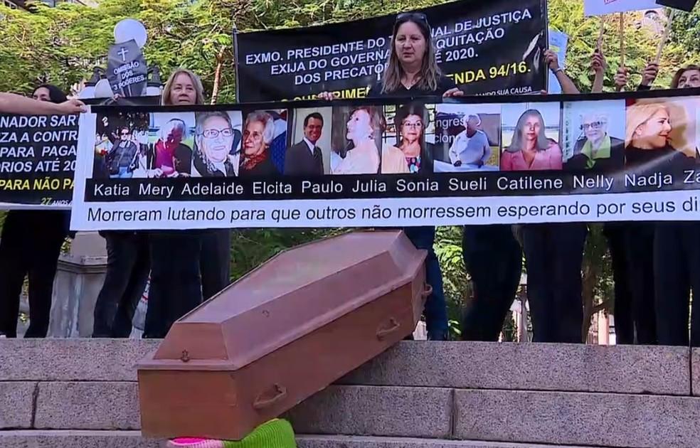 Manifestantes usaram caixão em protesto contra atraso de Precatórios no RS. (Foto: Reprodução/RBS TV)