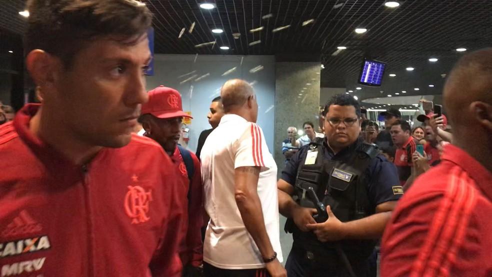 Diego Alves no desembarque do Flamengo em Fortaleza: pipocas voam ao fundo (Foto: Cahê Mota)