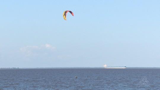 """Kitesurfistas usam prancha adaptada para """"voar"""" no rio Amazonas e sonham com Olimpíadas"""