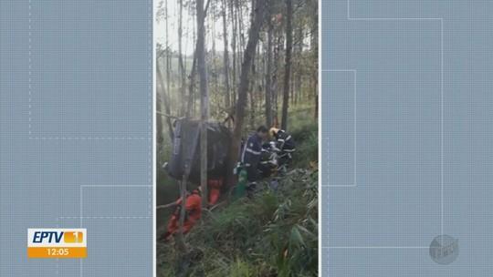 Mãe e filho morrem após carro bater em árvores entre Machado e Campestre, MG