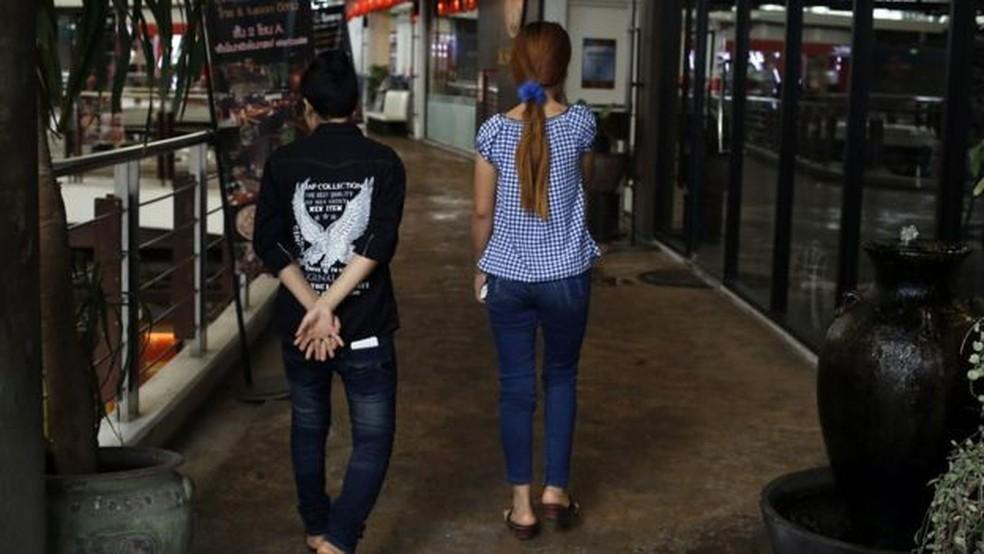 Ko Aye tinha 16 anos quando cruzou a fronteira com a ajuda do coiote e do guarda fronteiriço; ela conheceu Su Su, sua namorada, na fábrica (Foto: BBC Brasil)