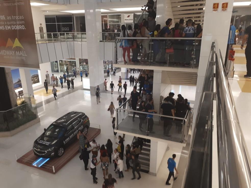 Foto mostra clientes deixando shopping pelas escadas, durante incêndio em Natal — Foto: Felipe Galdino/Inter TV Cabugi