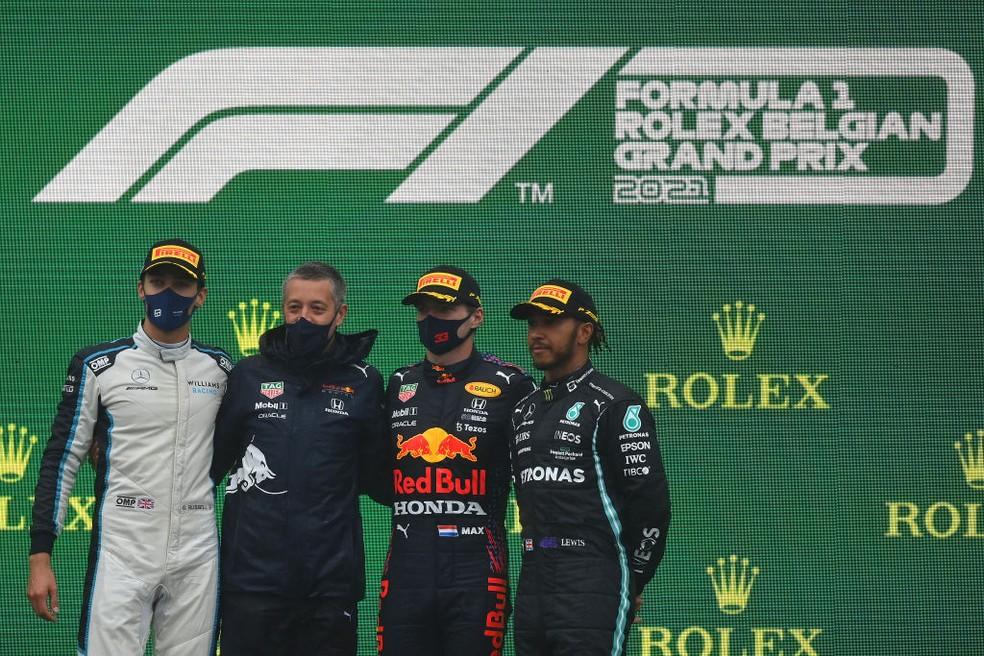 Max Verstappen, George Russell e Lewis Hamilton no pódio do GP da Bélgica. Foto: Reprodução/Dan Mullan/Getty Images