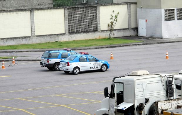carro de polícia estacionado no Engenhão (Foto: Thales Soares)