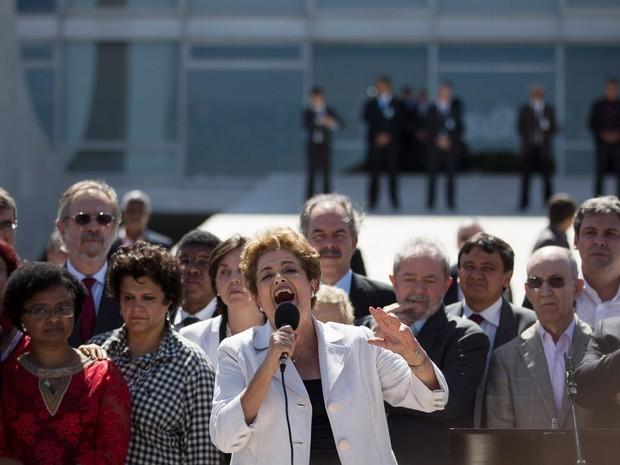 12/05/2016 - Dilma ao lado de Lula e de outros apoiadores durante sua saída do Palácio do Planalto, em Brasília (Foto: Felipe Dana/AP)