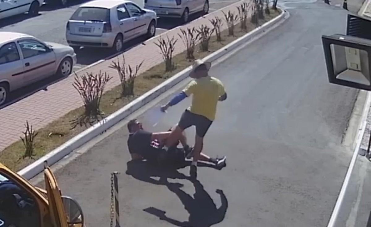 VÍDEOS: Câmera flagra agressão de entregador contra síndico de condomínio em Piracicaba