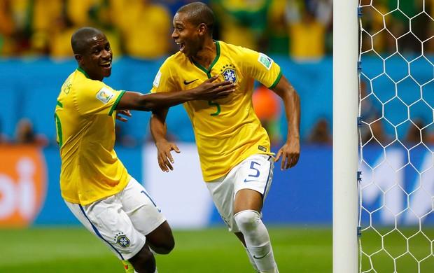 Fernandinho e Ramires gol Brasil x Camarões (Foto: Reuters)