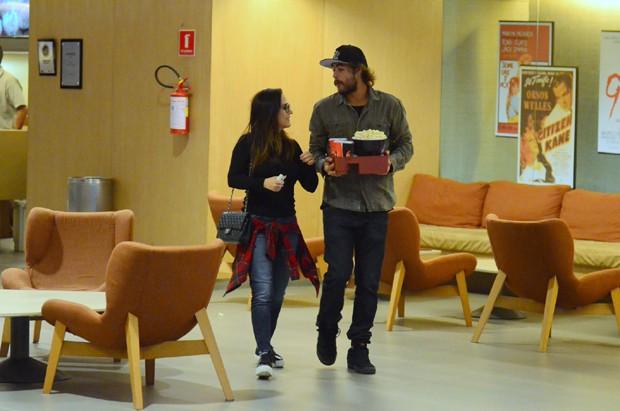 Rafael Vitti e Tatá Werneck trocam carícias no cinema (Foto: AG News)