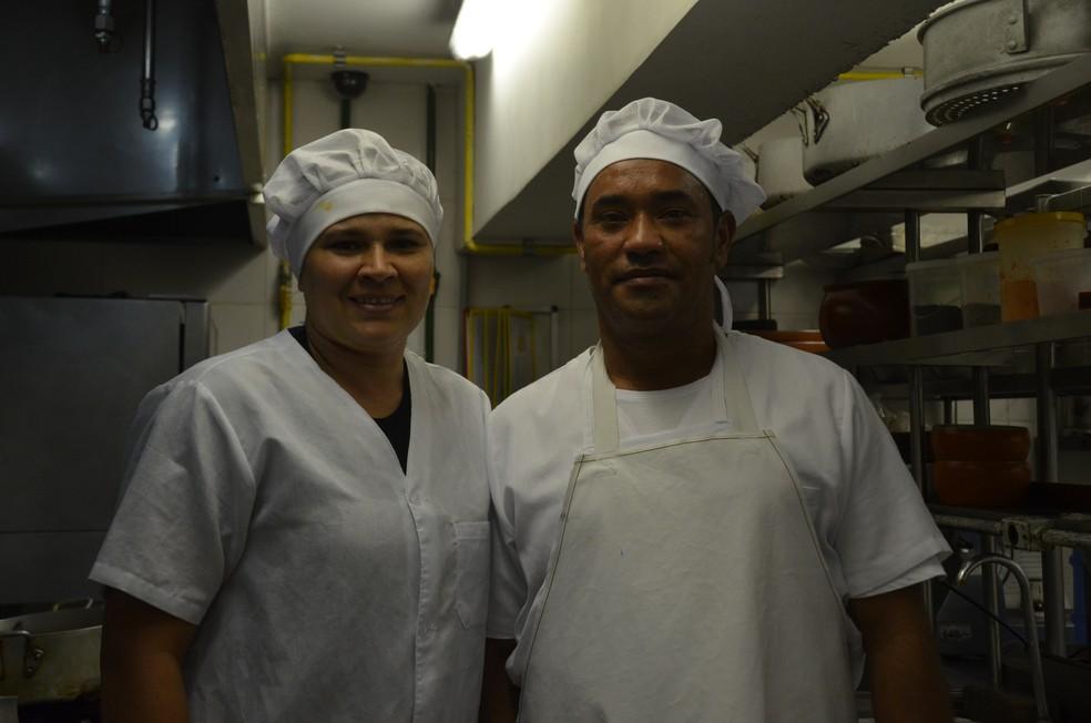Iberlânia Pereira doou um fogão para os companheiros de trabalho venezuelanos (Foto: Iara Alves/G1)
