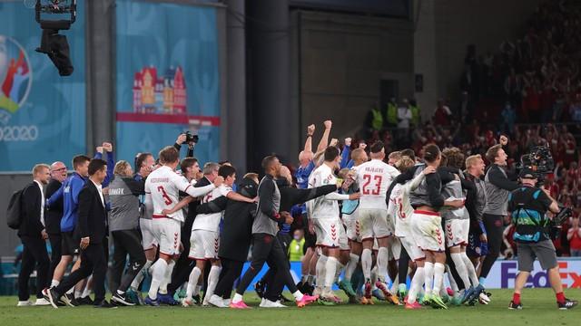 Seleção da Dinamarca vibra após vitória sobre a Rússia e classificação na Eurocopa