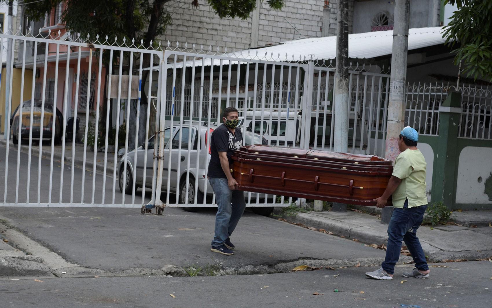 Equador retira 150 corpos de casas em Guayaquil em meio ao caos da Covid-19