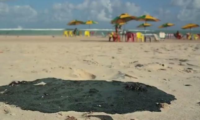 Mancha de óleo na praia, em Alagoas