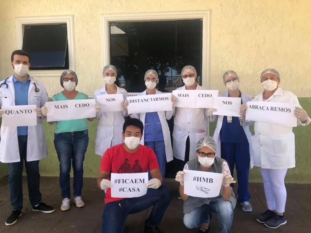Equipe médica do Hospital Municipal de Borrazópolis (PR) posa com mensagem: 'Quanto mais cedo nos distanciarmos, mais cedo nos abraçaremos' — Foto: Dayane Dellatorre/Arquivo pessoal via VC no G1