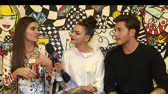 Camila Queiroz e Klebber Toledo revelam trilha perfeita para namorar: 'Somos muito ecléticos'