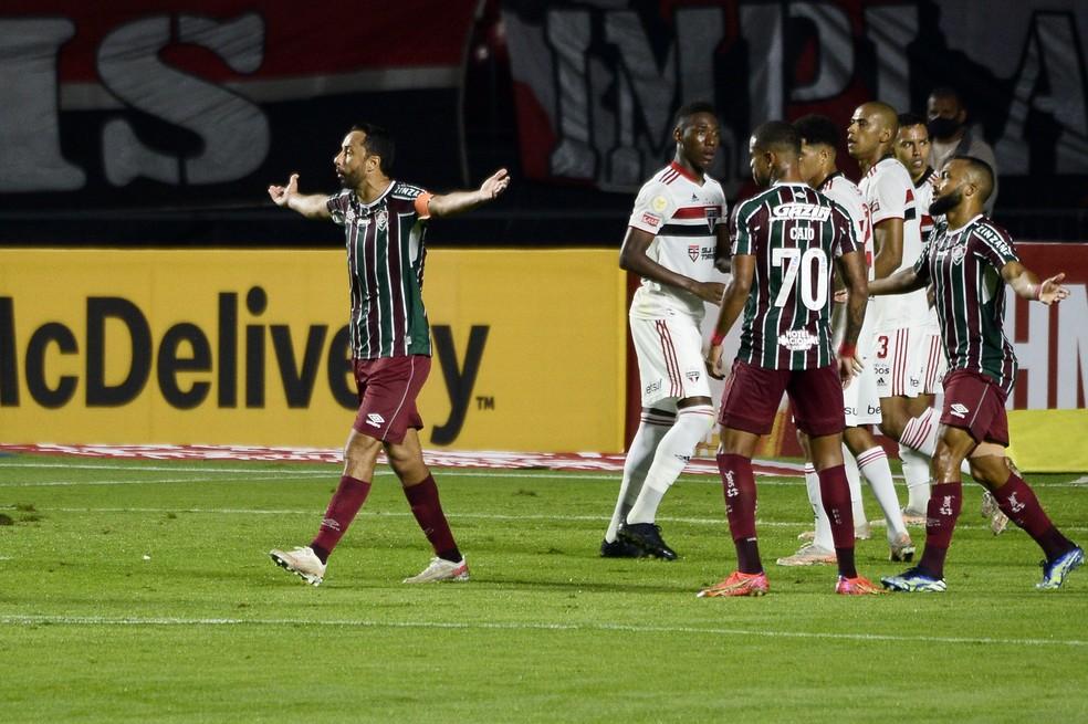 Nenê perde pênalti pelo Fluminense — Foto: Marcos Ribolli