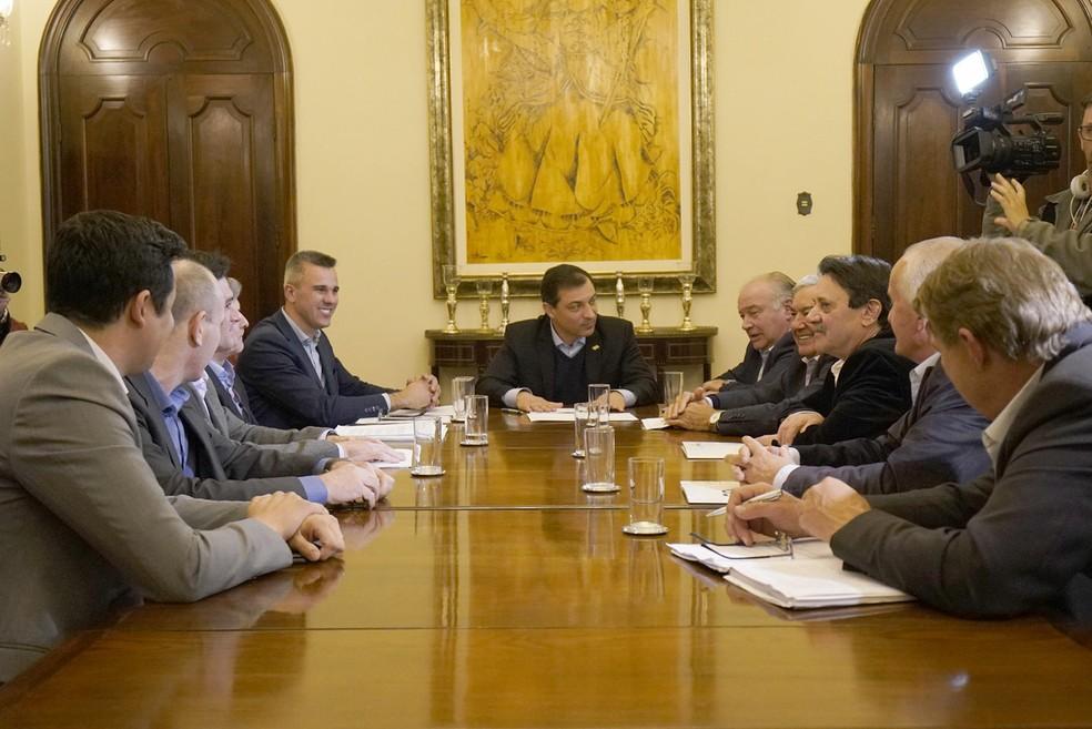 Reunião em Florianópolis entre governador Carlos Moisés e representantes do agronegócio na tarde desta quinta-feira (22) — Foto: Ricardo Woffenbuttel/Divulgação
